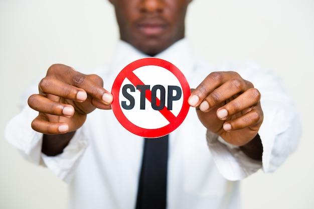 Молодой африканский бизнесмен с рубашкой и галстуком, изолированные на белом фоне
