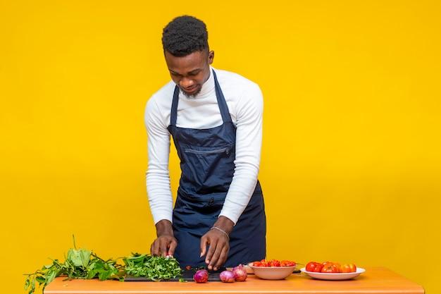 식사를 위해 재료를 준비하는 젊은 아프리카 요리사
