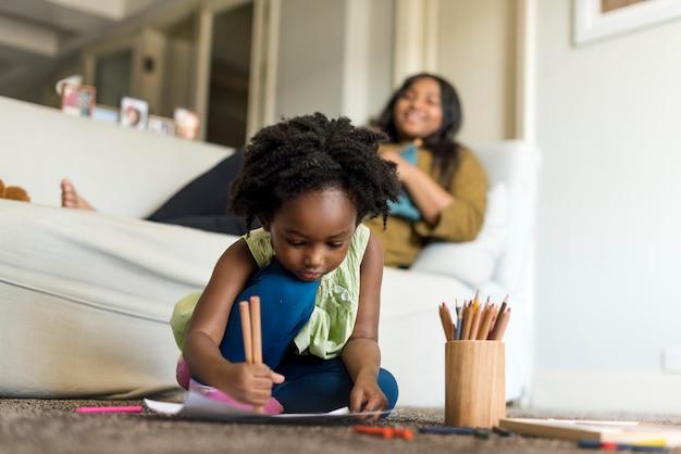 若いアフリカの子供は時間を費やしている Premium写真