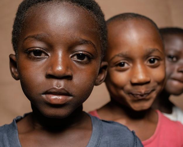 Giovani bambini africani all'aperto