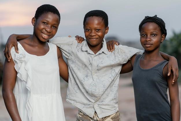 屋外の若いアフリカの子供たち
