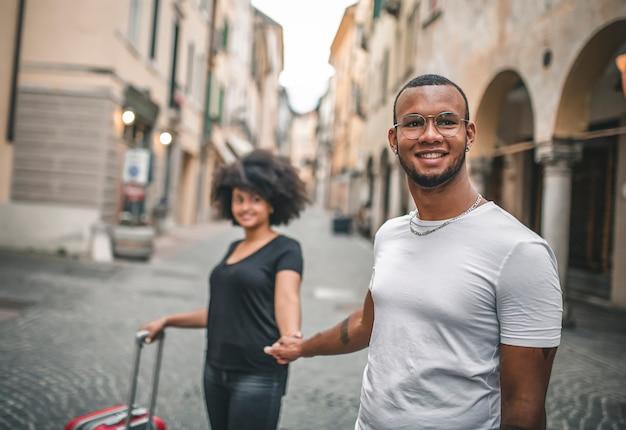 恋に若いアフリカのカップル