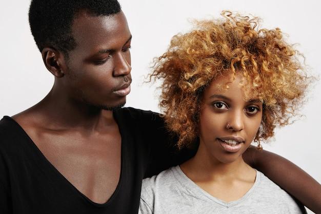 一緒に時間を過ごす若いアフリカのカップル