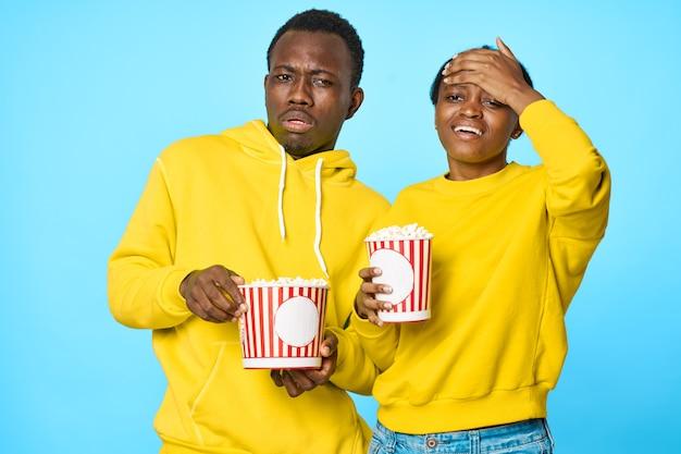 Молодая африканская пара с попкорном, развлекательный образ жизни