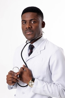 Phonendoscopeで分離された白の若いアフリカ医師