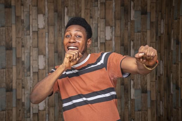 Giovane maschio africano che si sente eccitato e festeggia