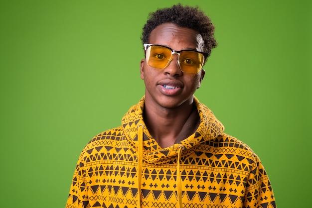 緑の背景に若いアフリカ人