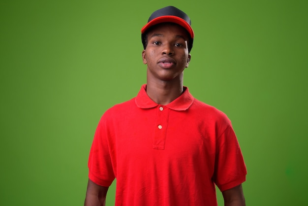 緑の壁に対して若いアフリカ人
