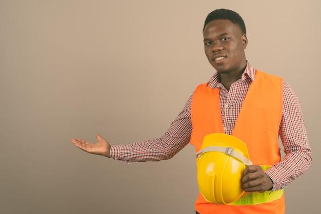 젊은 아프리카 남자 건설 노동자