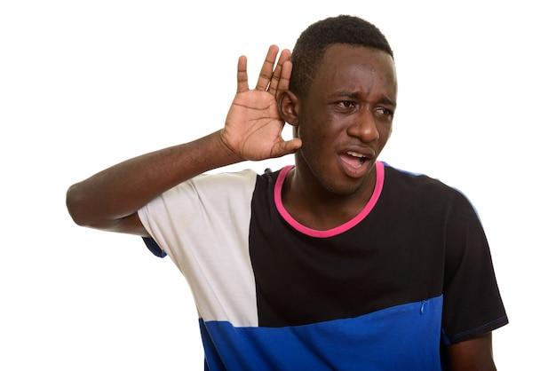 Молодой африканский мужчина слушает, глядя удивлен и шокирован