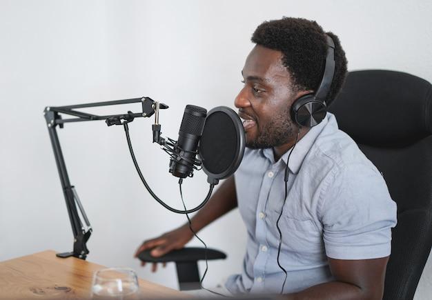 Молодой африканец, записывающий подкаст в студии