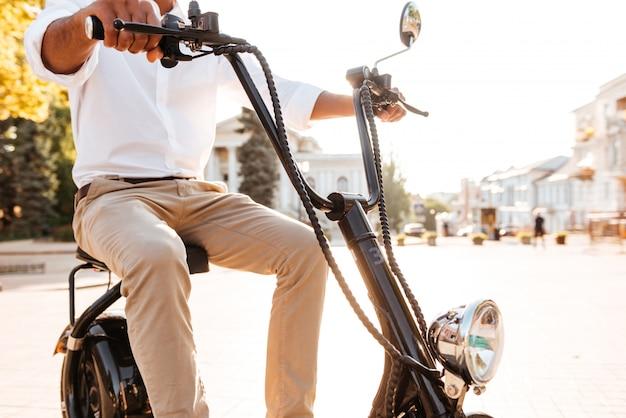 현대 오토바이 야외에 앉아 젊은 아프리카 남자