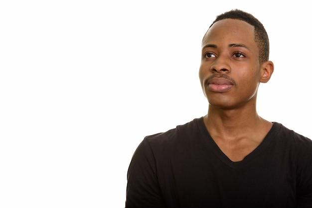 白で隔離思考の若いアフリカ人