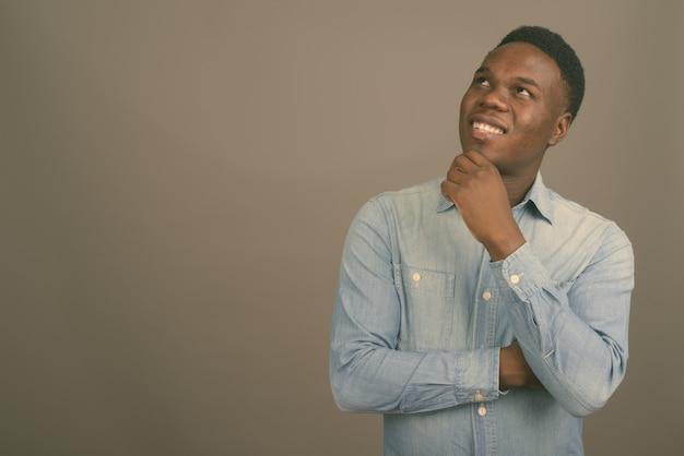 데님 셔츠를 입고 젊은 아프리카 남자