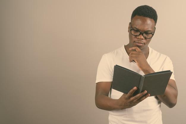 책을 읽는 동안 안경을 쓰고 젊은 아프리카 남자