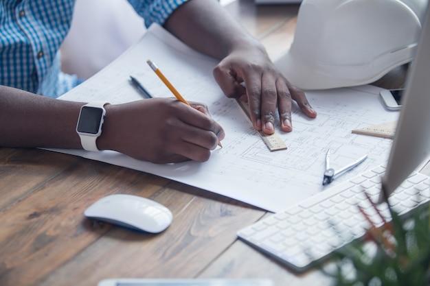 Молодой африканский человек, работающий в офисном бизнесе