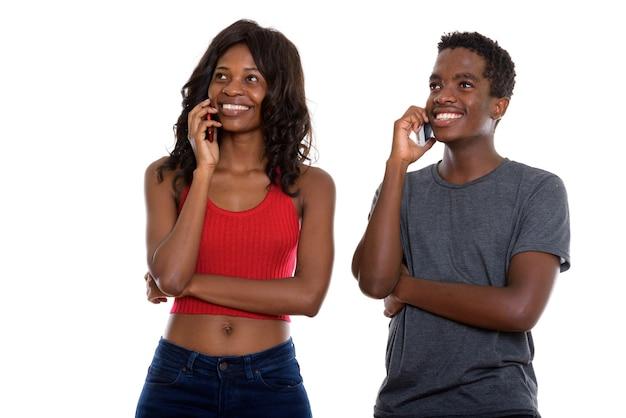 Молодые африканские братья и сестры вместе разговаривают по телефону