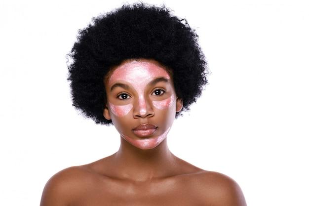 Молодая африканская женщина с очищающей маской на лице