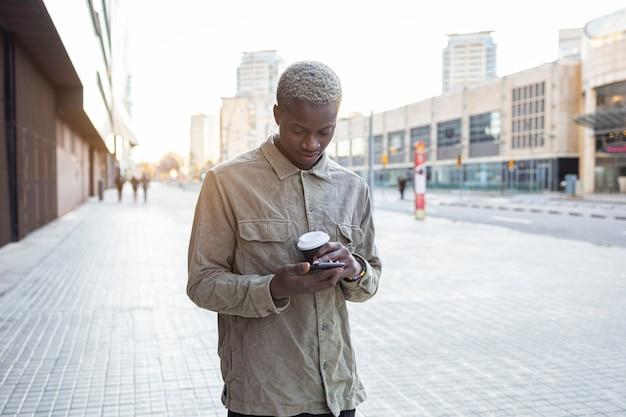 携帯電話を持つ若いアフリカ系アメリカ人の男