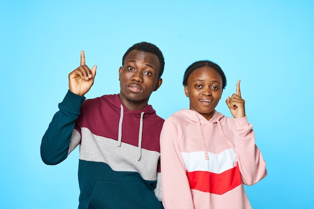 若いアフリカ人の暗い肌の感情の男性と女性