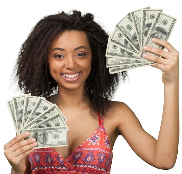 白で隔離のお金の紙幣を持つ若いアフリカ系アメリカ人女性