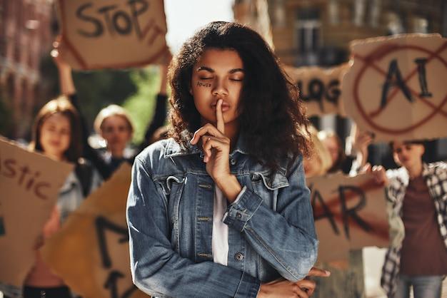 彼女の顔に書かれた言葉の力と目を閉じて若いアフリカ系アメリカ人の女性