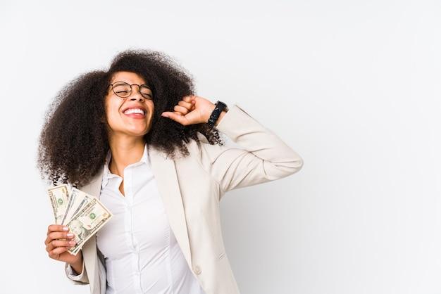 Молодая афро коммерсантка, держащая кредитную машину изолирована молодая афро коммерсантка держа кулак повышения кредитной карты после победы, концепции победителя.