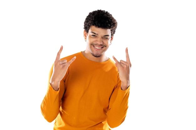 白い背景で隔離の指でロックジェスチャーを示す若いアフロ男