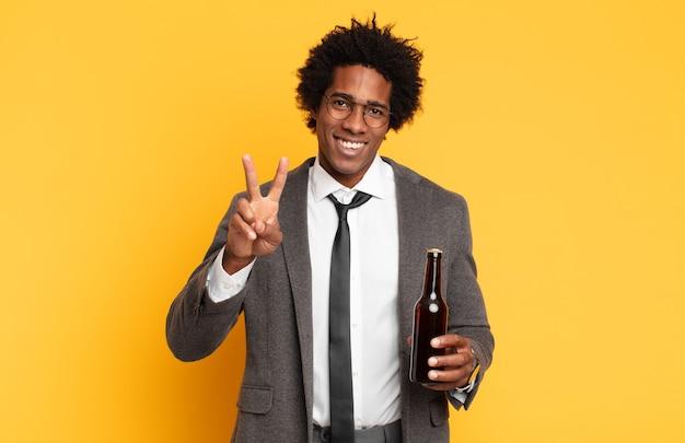 젊은 아프리카 남자 웃고 행복하고 평온하고 긍정적 인, 승리 또는 평화를 한 손으로 몸짓