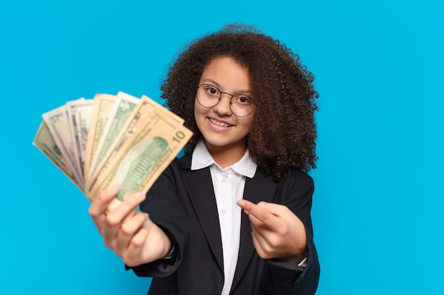 달러 지폐와 젊은 아프리카 십 대 비즈니스 여자