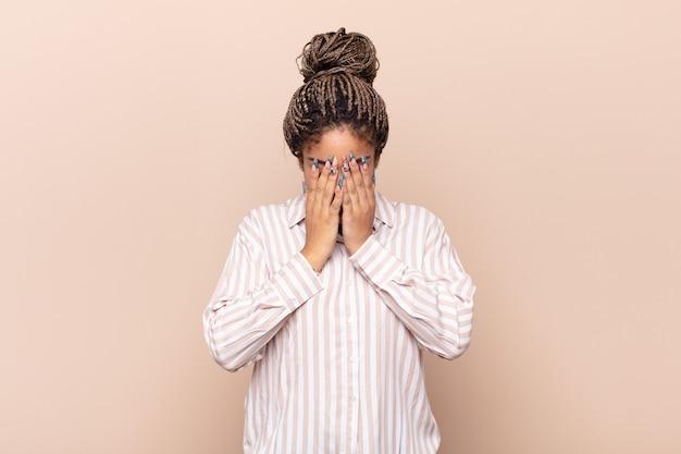 悲しみ、欲求不満、神経質、落ち込んでいる若いアフロ女性