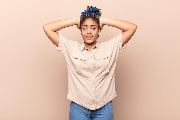ストレスを感じている若いアフロ女性