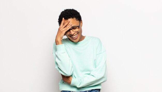 笑って額を叩く若いアフロ女性がああ言うように!私は忘れたか、それは愚かな間違いでした