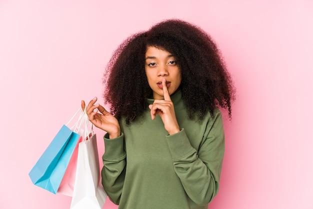 Молодая афро-женщина делает покупки в изоляции молодая афро-женщина покупает изолу