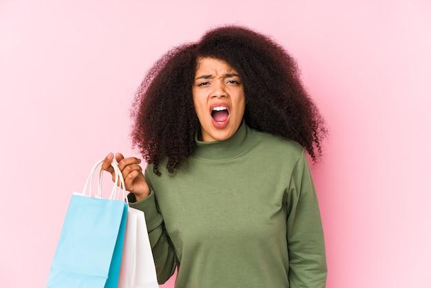 Молодая афро женщина, делающая покупки изолированные