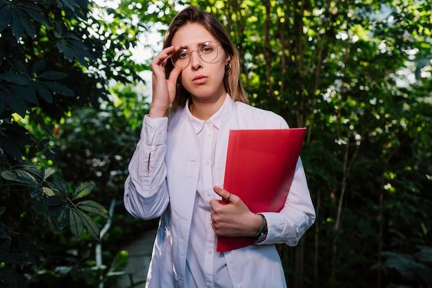 温室で働く若い農業エンジニア