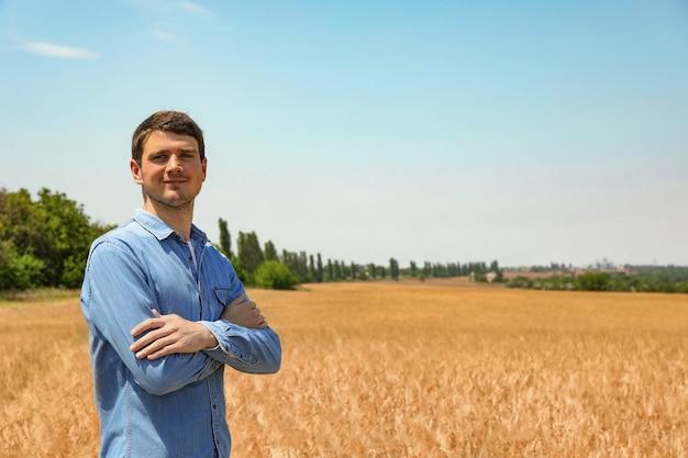 大麦畑の若い農学者