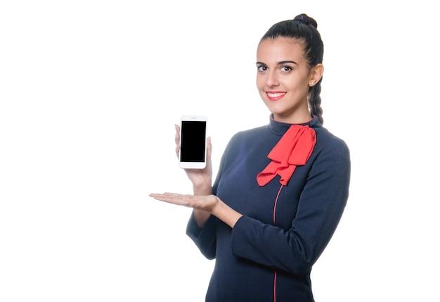 Молодая стюардесса держит устройство с пустым экраном в руке.