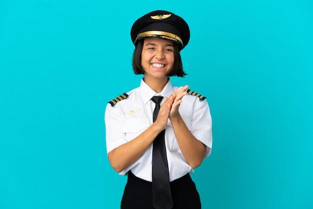 회의에서 발표 후 박수 갈채 격리 된 파란색 배경 위에 젊은 비행기 조종사