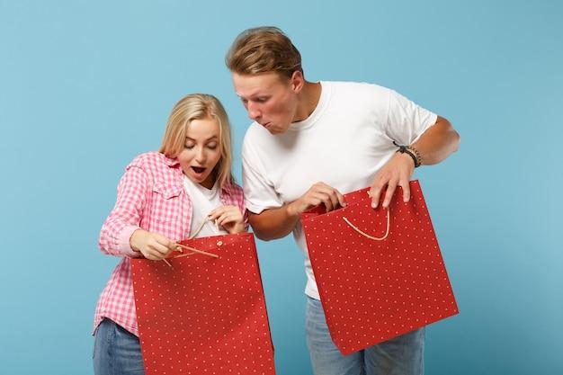 젊은 놀란 커플 두 친구 남자와 여자 흰색 분홍색 티셔츠 포즈