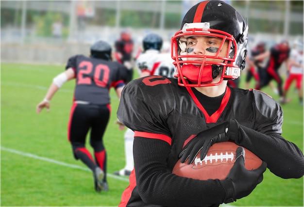 チームの制服を着た若いアメリカンフットボール選手
