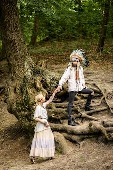 손을 잡고 젊은 아메리칸 인디언 커플.