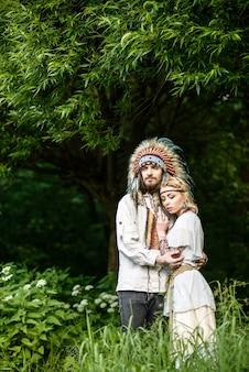 숲에서 포옹하는 젊은 아메리칸 인디언 부부