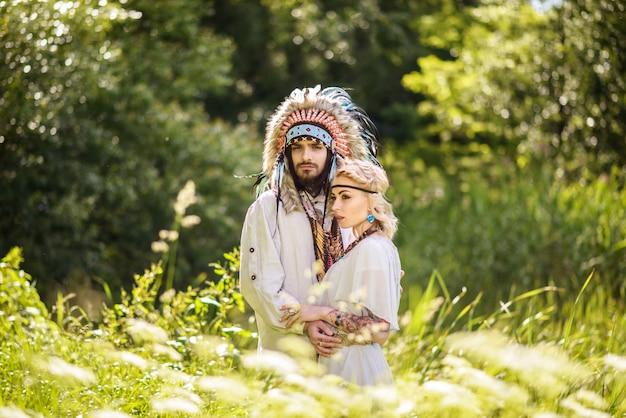 젊은 아메리칸 인디언 커플 포옹