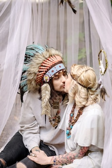 텐트에서 키스하는 젊은 아메리칸 인디언 커플.