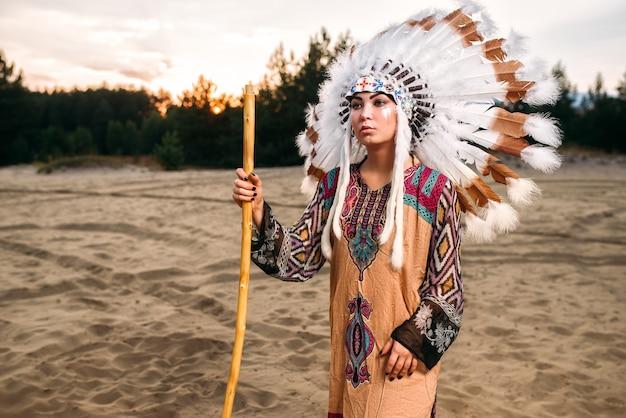 伝統的な衣装で若いアメリカインディアンの女性