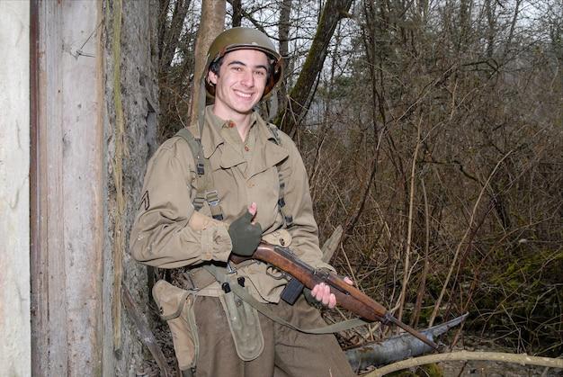 Молодой американский солдат второй мировой войны в руинах