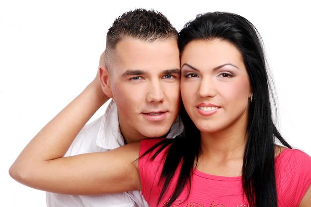 若くて魅力的な幸せなカップル