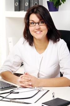 Молодая и привлекательная женщина-врач