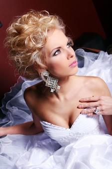 Молодая и красивая невеста в свадебном платье